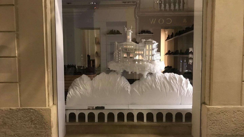 Design vitrine centrale village blanc flottant au dessus de montagne de nuit