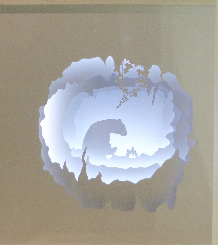 Design vitrine installation papier blanc ours