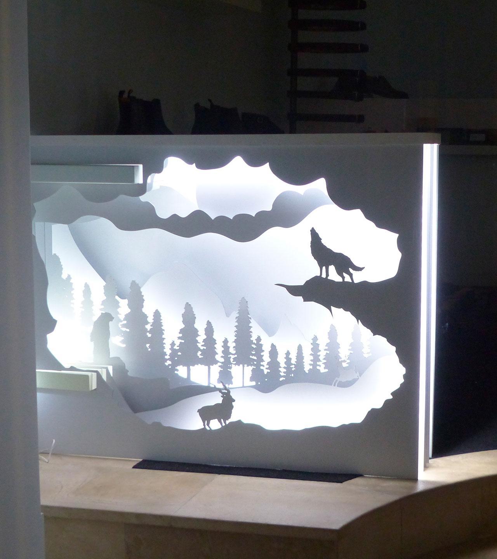 Design vitrine installation papier blanc illuminer loup