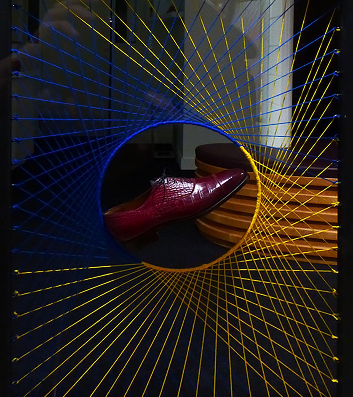 Design soulier encerclé par la laine jaune et bleu foncé